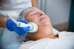 cosmetology Против старения процедура Работа с особенной приглаживая аппаратурой стоковые изображения
