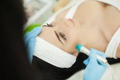 cosmetology Ультразвуковая чистка стороны, шелушение, в salo красоты стоковые фотографии rf