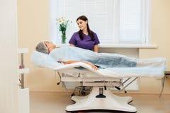 Cosmetology der Doktor berät den Patienten im Schönheitssalon Stockbild