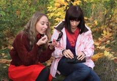 Cosmetology di uso delle ragazze. Immagini Stock Libere da Diritti