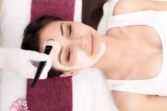 Cosmetology gezichts spa Mooi brunette in een kuuroordsalon stock foto's