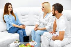 cosmetology Kvinnapatient som har konsultation i medicinsk klinik arkivfoto