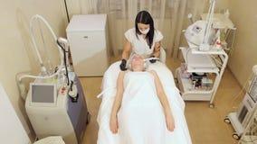 Cosmetology mesotherapy f?r Gesichtsverj?ngung in der Badekurortmitte stock video