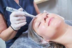 cosmetology procedura facciale femminile di bellezza della pelle in salone fotografia stock libera da diritti