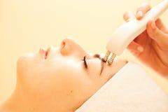 cosmetology Schönheit an der Badekurort-Klinik, die anregende elektrische Gesichtsbehandlung vom Therapeuten Closeup Of bekommt Stockfoto