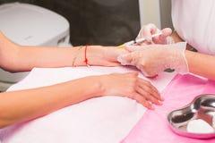 Cosmetology- und Schönheitskonzept - Anti-Alterseinspritzungstherapie, Handverjüngung lizenzfreie stockbilder