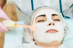 Cosmetologyrum, behandling och hud som rentvår med maskinvara, aknebehandling arkivfoto