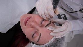 Cosmetologysalon, spezielle Vorlagenmaschine zeichnet Augenbrauen Dauerhaftes Make-up 4K langsames MO stock footage