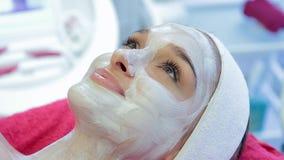 Cosmetologytillvägagångssätt Maskering för framsidan stock video