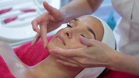 Cosmetologytillvägagångssätt Närbild av en ung kvinna som får Spa behandling arkivfilmer