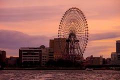 Cosmo时钟21,在日落的弗累斯大转轮在MInato-Mirai, Yokoha 免版税库存图片