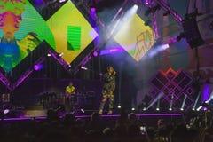 Cosmo exécute sur l'étape du concert du premier le mai Photos stock