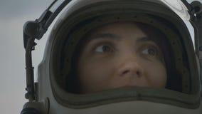 Cosmonauta con la visera del casco para arriba metrajes
