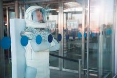 Cosmonauta seguro que localiza perto das portas de vidro Imagem de Stock Royalty Free