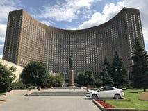 Cosmos famoso do hotel de uma forma curvada com um monumento a Charles de Gaulle imagem de stock royalty free