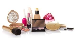 Cosméticos decorativos, botella de perfume y clavo Fotografía de archivo