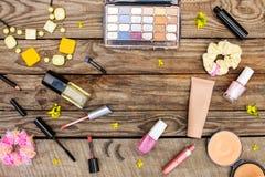 Cosmétiques : mascara, perles, bande élastique de cheveux, cils faux, crayon correcteur, vernis à ongles, parfum, eye-liner, poud Images stock