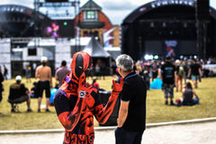Cospaly Deadpool i den Hellfest heavy metalfestivalen, Clisson Frankrike royaltyfria foton
