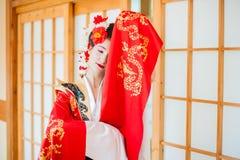 Cosplay красивая, скромная гейша в красном кимоно Стоковое Изображение RF