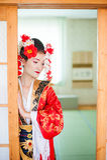Cosplay красивая, скромная гейша в красном кимоно Стоковые Фото