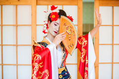 Cosplay красивая, скромная гейша в красном кимоно Стоковые Изображения