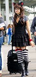 cosplay黑白的小猫的女孩 免版税库存图片