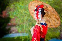 Cosplay bella, geisha modesta in un kimono rosso Immagine Stock Libera da Diritti