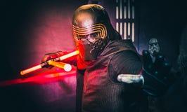 Cosplay comme Kylo Ren de Star Wars images libres de droits