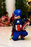 Cosplay Haltung des Kapitäns Amerika stockfotografie