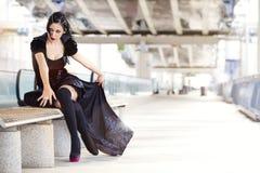 Cosplay Mary tifoide, mulher com traje preto Fotos de Stock