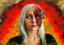 Cosplay op Daenerys Targaryen in witte gekleurde lenzen met draakhuid tegen een brand royalty-vrije stock afbeelding