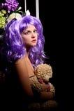 Cosplay ung kvinna i purpurfärgad peruk med leksaken royaltyfria bilder