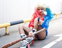 Cosplayer女孩在哈利昆因服装 图库摄影