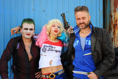 Cosplayer女孩在哈利昆因说笑话者和飞旋镖的服装和cosplayer人 免版税库存图片