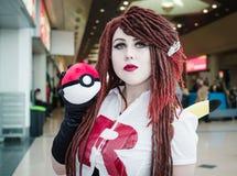 Cosplayer穿戴了作为从Pokemon的Jessie 免版税库存图片