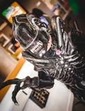 Cosplayer穿戴了作为`外籍人` 免版税库存图片