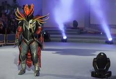 Cosplayer穿戴了作为字符龙骑士 免版税库存照片
