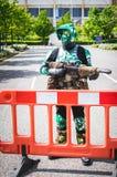 Cosplayer穿戴了当从星际大战的骑自行车的人侦察员 免版税图库摄影