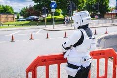 Cosplayer穿戴了当从星际大战的骑自行车的人侦察员 库存照片