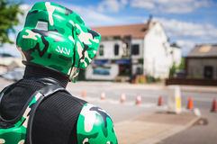 Cosplayer穿戴了当从星际大战的骑自行车的人侦察员 库存图片