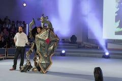 Cosplayer одело как крестоносец Кельвин характера от игры Диабло стоковые изображения rf