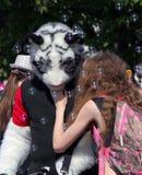 Cosplayer одело как тигр и девушка на фестивале Cosplay Стоковое Изображение RF