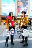 Cosplayer als Charaktere Mikasa Ackerman und Eren Jaeger vom Angriff auf Titanen. Lizenzfreies Stockfoto