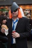 Cosplayer che mangia un panino alla convenzione di Festival del Fumetto a Milano, Italia Fotografia Stock Libera da Diritti