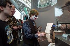 Cosplayer che paga il suo alimento alla convenzione di Festival del Fumetto a Milano, Italia Fotografia Stock Libera da Diritti