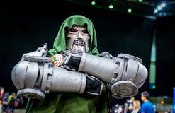 Cosplayer come dottore Doom del carattere di meraviglia immagine stock