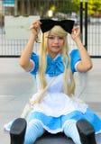 """Cosplayer comme caractères Alice d'""""Alice de Walt Disney au pays des merveilles Images stock"""
