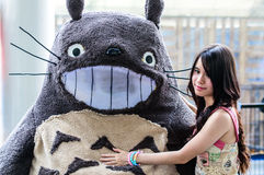 Cosplayer como caracteres Totoro de mi Totoro vecino en Japón Festa en Bangkok 2013. Imagenes de archivo