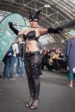 Cosplayer di Catwoman che posa alla convenzione di Festival del Fumetto a Milano, Italia Immagine Stock