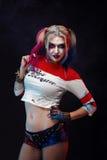 Cosplayer dziewczyna w z Harley Quinn kostiumem halloween uzupełniał zdjęcia royalty free